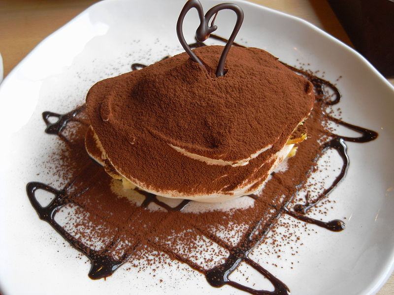 800px-Tiramisu_with_cocoa_powder_and_chocolate_sauce_(2398796815)