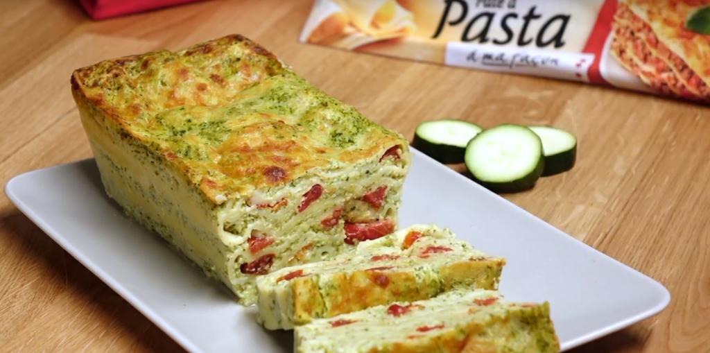 Le lasagne cake printanier aux courgettes et tomates confites