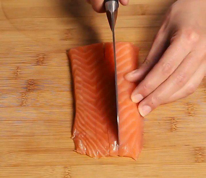 Des makis frits au saumon et au concombre
