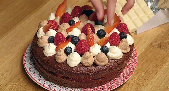 La recette du gâteau aux trois chocolats et aux fruits rouges