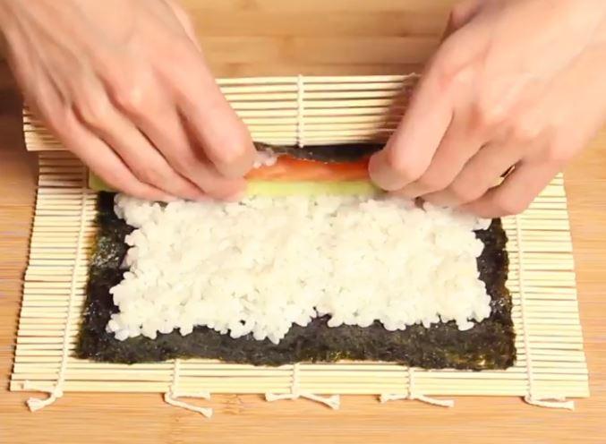 Des makis frits au saumon et au concombre1
