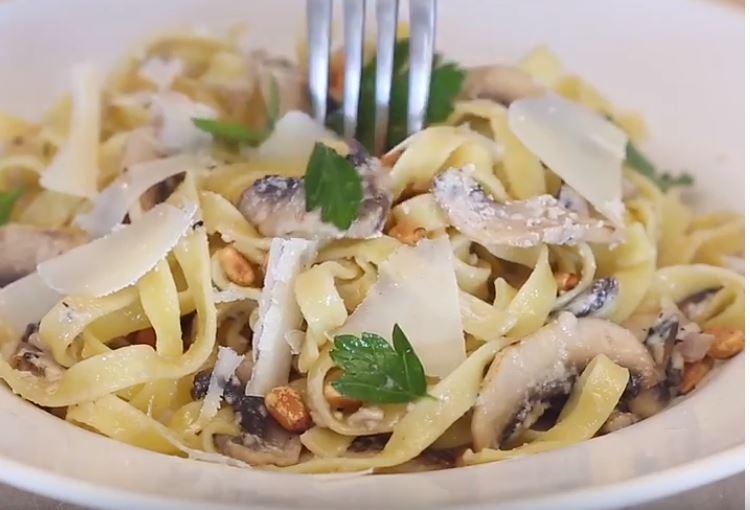 Des tagliatelles aux champignons et à la crème de parmesan6