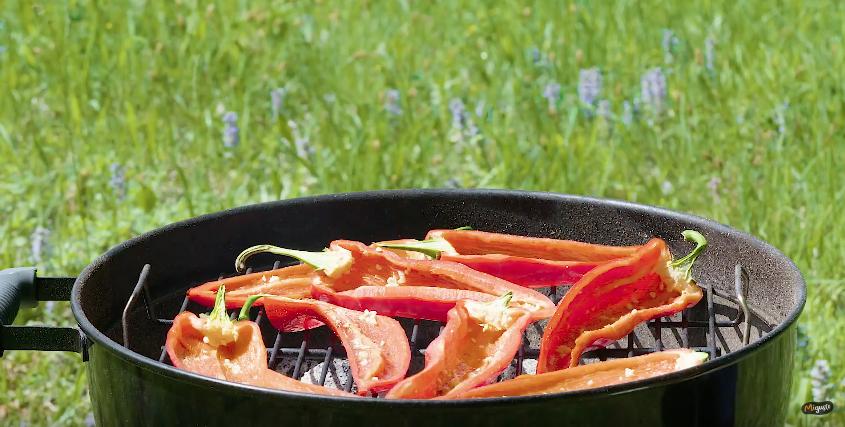 Poivrons grillés au barbecue et billes de mozzarella