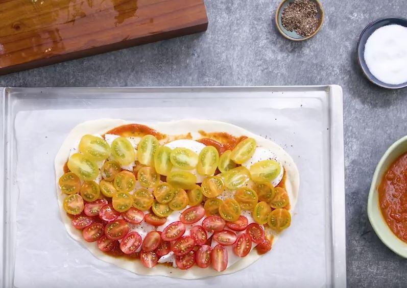Pizza mozzarella et tomates cerises cuite au barbecue