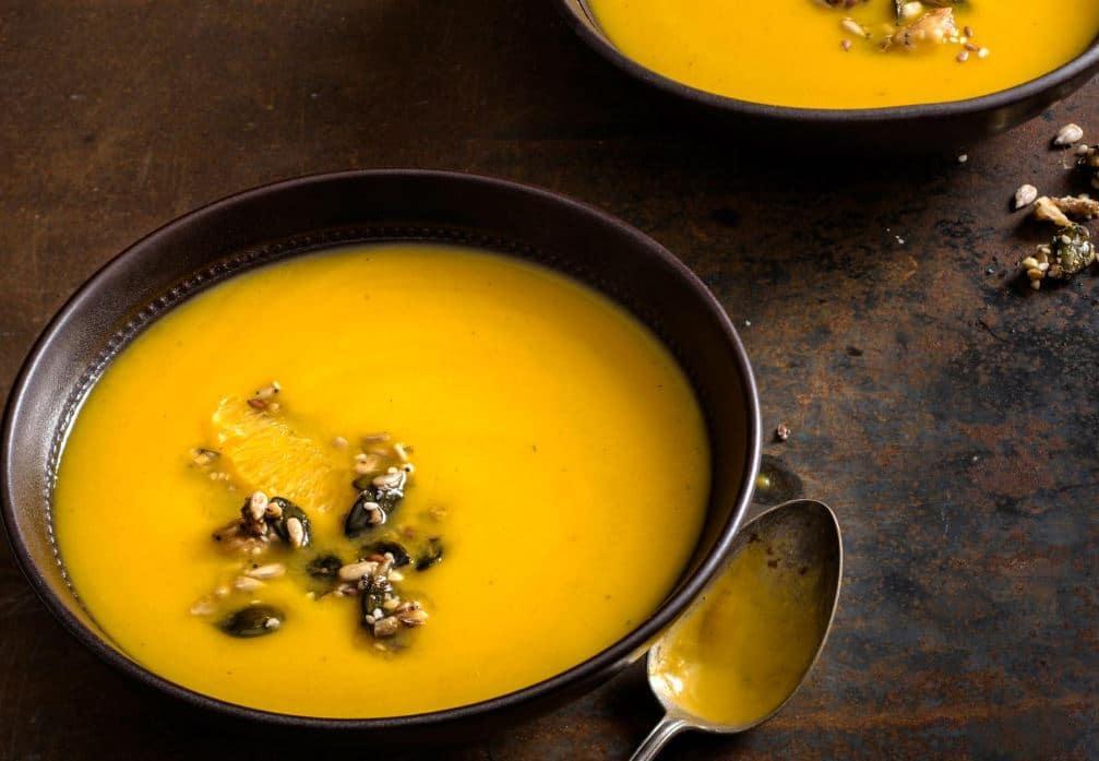 soupe de courge à l'orange et noix épicées
