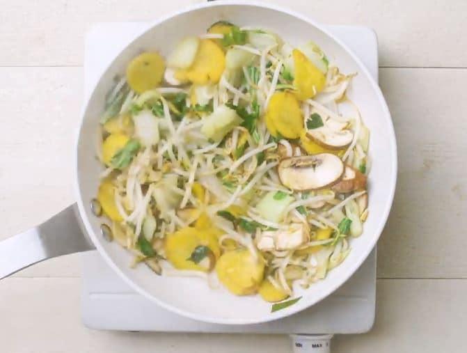 Légumes sautés et filet de poulet à la sauce piquante à la noix de coco