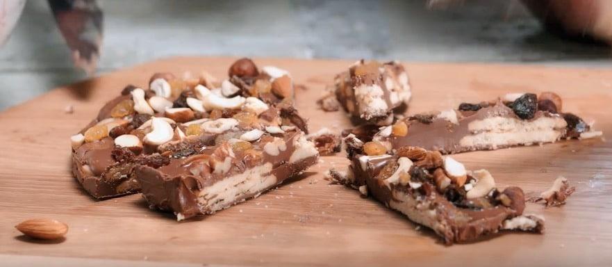 Biscuits nappés de chocolat et beurre de cacahuètes