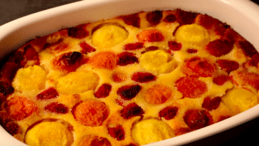 Clafoutis pêches abricots framboises