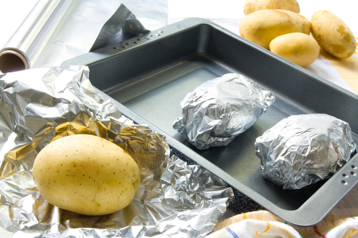 Pomme de terre enroulée dans l'aluminium
