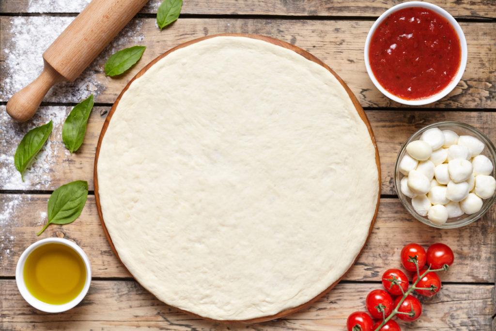 Pâte pizza étalée